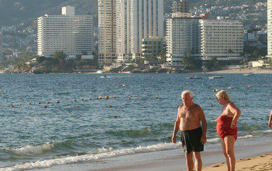 Preocupación en México por el exceso de una bacteria en playas de Acapulco