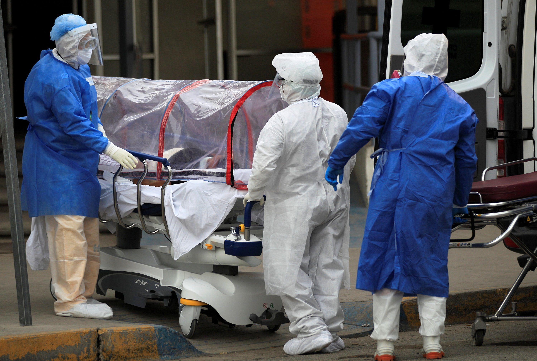 Paramédicos trasladan a una persona infectada de covid-19 al Hospital General de Ciudad Juárez, en el estado de Chihuahua (México). EFE/Luis Torres
